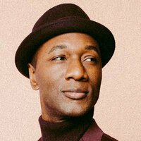 Image of Aloe Blacc linking to their artist page due to link from them being at the top of the main table on this page