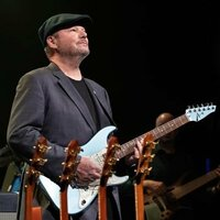 Image of Christopher Cross linking to their artist page due to link from them being at the top of the main table on this page