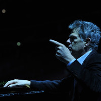 Image of David Foster linking to their artist page due to link from them being at the top of the main table on this page