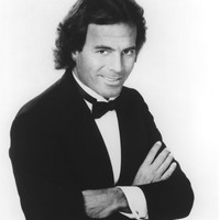 Image of Julio Iglesias linking to their artist page due to link from them being at the top of the main table on this page