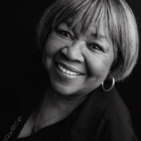 Image of Mavis Staples linking to their artist page due to link from them being at the top of the main table on this page