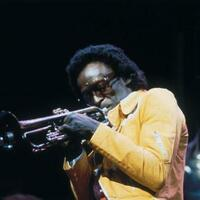 Image of Miles Davis linking to their artist page due to link from them being at the top of the main table on this page