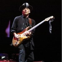 Image of Nils Lofgren linking to their artist page due to link from them being at the top of the main table on this page