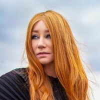 Image of Tori Amos linking to their artist page due to link from them being at the top of the main table on this page